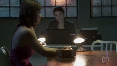 Cíntia alfineta Antônia durante depoimento sobre o roubo - A camareira fala sobre aproximação com Júlio e deixa a policial incomodada