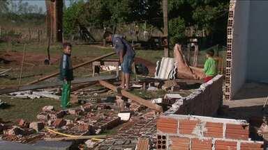 Casa desaba com vendaval, e homem salva a família em Santa Cruz de Monte Castelo - O pai se jogou sobre os três filhos e a esposa, que saíram ilesos.