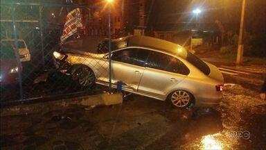 """Carro bate em esquina de loja na rua XV de Novembro em Guarapuava - Dono da loja colocou um cartaz no local do acidente perguntando: """"Até quando?""""."""