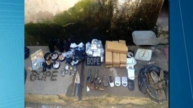 Dois jovens são presos com 10 kg de maconha no Bom Parto, em Maceió - Com os suspeitos de 18 anos foram apreendidos também armas, munições, dinheiro e balanças de precisão.