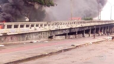 Viaduto de Bangu é interditado após incêndio em ônibus - Um ônibus foi incendiado durante um protesto pela morte de um morador da Vila Aliança.