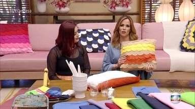 Aprenda a decorar almofadas com escamas de feltro - A blogueira Kim Carvalho mostra como personalizar suas almofadas de casa!
