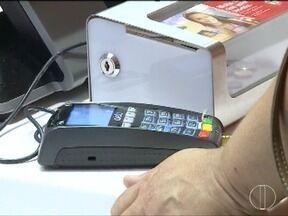 Uso do cartão de crédito está levando muitas pessoas ao endividamento - Segundo o SPC, 35% das pessoas que usaram o cartão em junho não sabiam quanto gastaram.