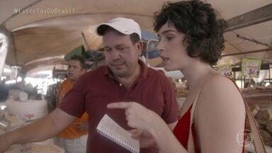Maria Flor passeia pela feira Ver-O-Peso - Atriz compra ingredientes típicos do Pará para sua receita