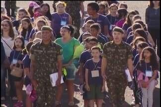 Dia do Soldado é comemorado com crianças da rede pública de ensino em Uberlândia - Celebração coincidiu neste sábado (26) com o Dia Nacional da Educação Infantil e 36º Batalhão de Infantaria Motorizada criou programação especial