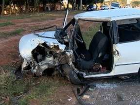 Acidente deixa homem com ferimentos graves em Regente Feijó - Colisão envolveu um carro e um caminhão.