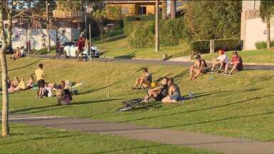 Sábado de sol leva curitibanos aos parques - Veja também a previsão do tempo para este domingo (26).