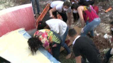 Profissionais e estudantes da área de saúde participam de simulação de resgate - Ação quer qualificar grupo para fazer socorro de emergência.