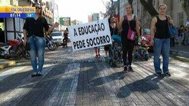 Pais e alunos protestam após escolas de São Leopoldo ficarem sem merenda - Além da alimentação, os serviços de limpeza também foram interrompidos.