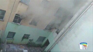 Apartamento pega fogo em conjunto habitacional de Jacareí - Ninguém ficou ferido.