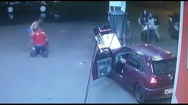 Motorista invade posto de combustível e atropela frentista em Medianeira - Segundo a Polícia Civil, a motorista é adolescente. Ela já foi intimada e vai ser ouvida na delegacia nas próximos dias.