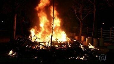 Polícia Civil investiga incêndio em bicicletas e triciclos na Lagoa Rodrigo de Freitas - O incêndio foi por volta de uma da manhã desta terça-feira (29). Quinze bicicletas e oito triciclos pegaram fogo.