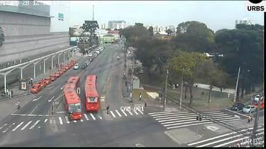 Adolescente é atingida por ônibus na canaleta dos ônibus expressos - O acidente foi no cruzamento das avenidas República Argentina e Presidente Kennedy, no bairro Portão