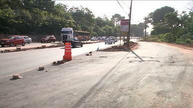 Obras de recuperação deixam trânsito complicado na Estrada de Ribamar no MA - Insatisfação de motoristas e pedestres se justifica pela falta de sinalização na via, que aumenta o risco de acidentes.