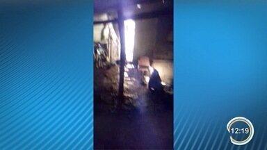 Homem de 42 anos tem corpo queimado durante incêndio em casa em Jacareí - Segundo a polícia, homem estava desacordado com sinais de agressão na cabeça dentro do imóvel. Ele segue em estado grave na Santa Casa.