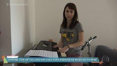 Daphne Bozaski mostra seu diário de gravação - Atriz interpreta a Benê em 'Malhação - Viva a Diferença` e relembra os testes para o personagem