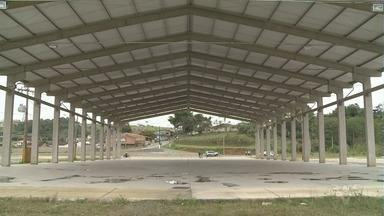 Obra do Centro de Convenções de Cajati está abandonada - Lugar virou ponto de motoqueiros e desocupados.