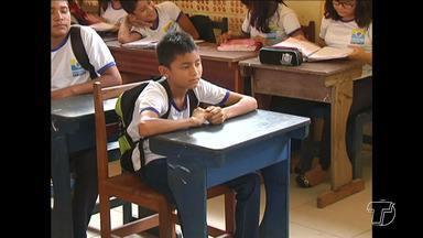 Falta de carteiras continua sendo um problema nas escolas de Santarém - No bairro Alcione Barbalho, em Santarém, por exemplo, são cerca de 200 carteiras para acomodar 800 alunos.