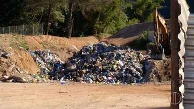 Área de preservação ambiental em Petrópolis, RJ, serve de transbordo na coleta de lixo - Assista a seguir.