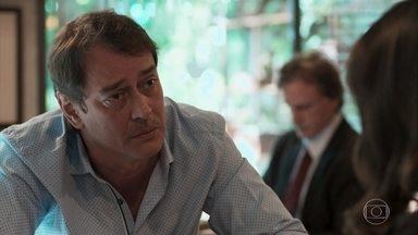 Edgar afirma tem orgulho de ser pai de Lica - Ele pede desculpas à filha e entrega uma foto de Lica com o avô