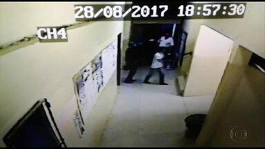 Assaltantes invadem escola, ameaçam e roubam estudantes - Caso ocorreu na Escola Rotary Nova Descoberta, na Zona Norte da cidade, na noite de segunda-feira (28).