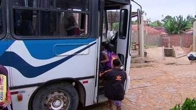 Em Vitória de Santo Antão, ônibus escolares são alvos de ladrões - De acordo com a Polícia Militar, a Patrulha Escolar é responsável pela segurança nas escolas públicas do Grande Recife.
