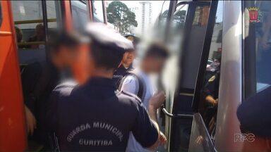 Guarda Municipal reforça fiscalização em ônibus em Curitiba - O objetivo é impedir a ação de pessoas que entram nos ônibus sem pagar a tarifa.