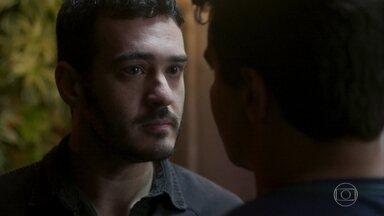Domênico ameaça Júlio - O policial avisa que vai dificultar a vida de Júlio caso ele não se afaste de Antônia