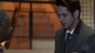 Agnaldo pede que Cristóvão vá ao encontro de Sabine - O concierge estranha o comportamento do eletricista, que não se apressa para atender o pedido da dona do hotel