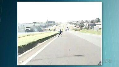 Garoto quase é atropelado em Ponta Grossa - Ele brincava de pipa quando cruzou a rodovia movimentada.