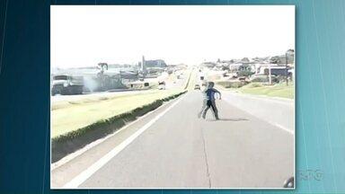 Menino invade rodovia ao correr atrás de pipa - Flagrante foi feito em estrada na região de Ponta Grossa
