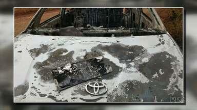 Família procura dois paraguaios suspeitos de terem desaparecidos - Carro parecido com o que eles estavam foi encontrado queimado.