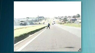 Menino atravessa rodovia e por pouco não é atropelado - Ela soltava pipa e atravessou a pista. A imagem foi feita por um motorista