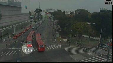 Adolescente é atropelada por ônibus na capital - A jovem não viu o ônibus que se aproximava. O acidente foi registrado por câmeras de monitoramento.
