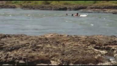Barco vira em um dos piores pontos de navegação do Rio Pardo, em Viradouro - Um homem tentou nadar contra a correnteza e morreu afogado.