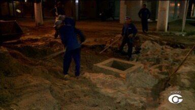 Cratera aberta por técnicos da Casal em cruzamento na Jatiúca começa a ser fechada - Trânsito deve ser normalizado na região.