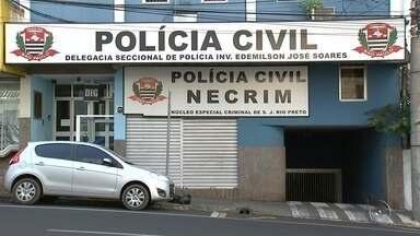 """Polícia investiga desaparecimento de pedreiro em 'tribunal do crime' - A Polícia Civil de São José do Rio Preto (SP) investiga o desaparecimento do pedreiro Carlos da Costa Ferreira. De acordo com informações da polícia, o caso é tratado na Delegacia de Investigações Gerais (DIG) como homicídio qualificado pois há a hipótese de que ele teria sido morto no """"tribunal do crime"""", uma espécie de Justiça paralela."""