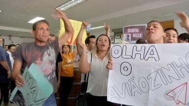 Manifestantes protestam na Câmara de Cuiabá - Manifestantes protestam na Câmara de Cuiabá e pedem abertura de CPI para investigar prefeito Emanuel Pinheiro.