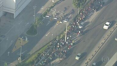 Multidão faz fila em busca de emprego em shopping, em Guadalupe - Muitos candidatos dormiram na fila. Foram distribuídas 200 senhas. Houve confusão e a PM precisou ser chamada.