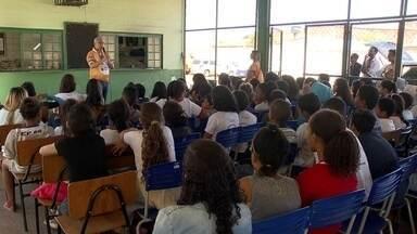Aulas alertam estudantes sobre cuidados com a rede elétrica - Objetivo é que jovens aprendam o básico sobre eletricidade e repassem as dicas para toda a família. Projeto da CEP percorre escolas da Estrutural, de Planaltina, de Santa Maria, de Samambaia e do Gama.