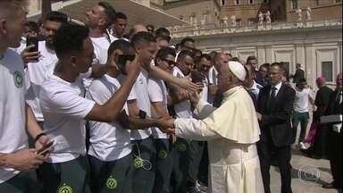 Na Itália para amistoso contra a Roma, Chapecoense se encontra com o Papa Francisco - Na Itália para amistoso contra a Roma, Chapecoense se encontra com o Papa Francisco