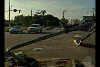 Semáforo quebrado na avenida Dr. Freitas deixa trânsito confuso e perigoso em Belém - Acidente na madrugada desta quarta-feira (30) deixou o semáforo da Dr. Freitas quebrado.