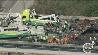 Vítimas de acidente são resgatadas para hospitais de Jacareí e São José - Duas mortes foram confirmadas no local.