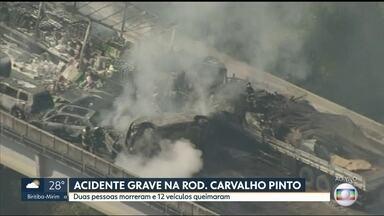 SP1 - Edição de quarta-feira, 30/08/2017 - Duas pessoas morreram e pelo menos uma ficou ferida com gravidade depois de uma batida entre 36 veículos na altura de Jacareí, no Vale do Paraíba. E mais as notícias da manhã.