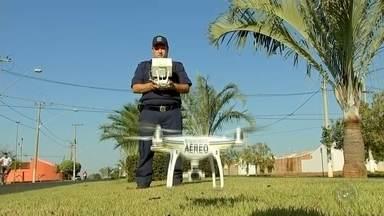 Guarda Municipal de Potirendaba utiliza drones para monitorar cidade - A Guarda Municipal de Potirendaba (SP) está trabalhando de um jeito diferente. Faz um mês que eles ganharam um novo integrante, que ajuda a monitorar a cidade lá do alto. O drone custou R$ 7 mil, verba da prefeitura. Se continuar dando esse retorno para os moradores, vai dar para dizer que foi um dinheiro bem gasto.