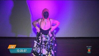 Bailarino campinense, Admilson Maia, se apresenta no palco do Cine São José - Após 15 anos longe dos palcos, o bailarino Admilson Maia, da Mah Companhia, volta a se apresentar em Campina Grande.