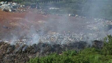 Fumaça de lixão queimado em João Alfredo causa transtornos - Moradores convivem com a fumaça tóxica e com outros problemas gerados pelo lixão.