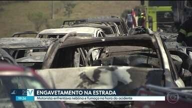 Engavetamento com 36 veículos na rodovia Carvalho Pinto interdita a pista sentido Rio - A rodovia Carvalho Pinto está interditada em Jacareí, sentido Rio de Janeiro, há mais de 11 horas. Foi por causa do engavetamento que envolveu 36 veículos. Duas pessoas morreram.