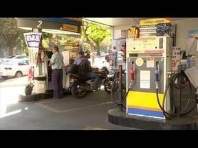 Lei autoriza cobrança diferenciada em função da forma de pagamento - Motoristas reclamam da falta de aviso nos postos que cobram preços diferentes de acordo com a forma de pagamento.