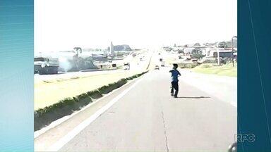 Menino que soltava pipa em plena rodovia e a mãe dele falam ao Paraná TV - Imagem deixou muita gente sem fôlego.